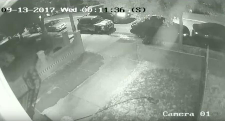 Carro bloquea entrada de conductor a su casa. Pulzo.