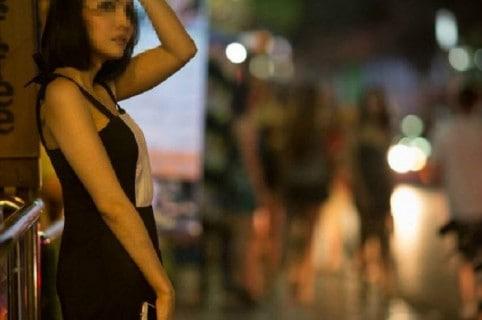 mujer desnuda persigue a su novio en la calle porque le cogió el celular