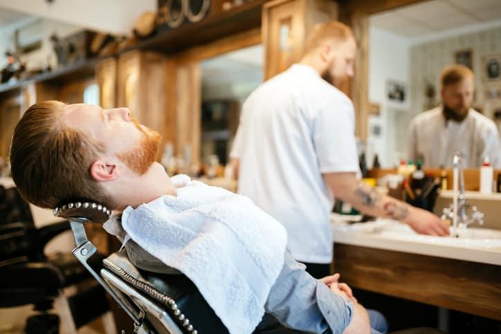 Hombre en barbería