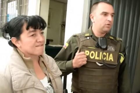 Luz Mery Tequia, denunciante, y el subintendente Posso Montoya, acusado de retener a la mujer