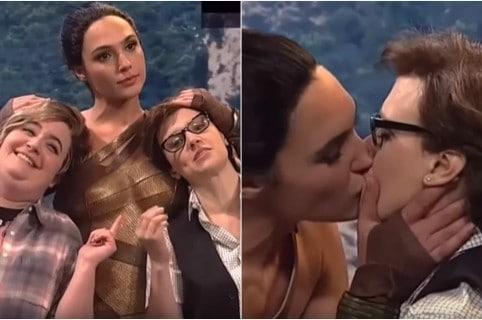 Beso de Gal Gadot a actriz Kate McKinnon en Saturday Night Live