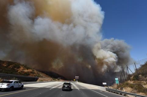 Columna de humo frente a carretera
