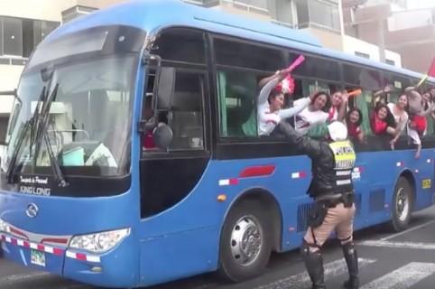 Policía de tránsito peruano anima a hinchas. Pulzo.
