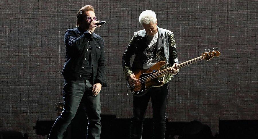 Bono y Adam Clayton, de U2.