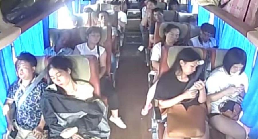 Accidente visto desde el interior de un bus.