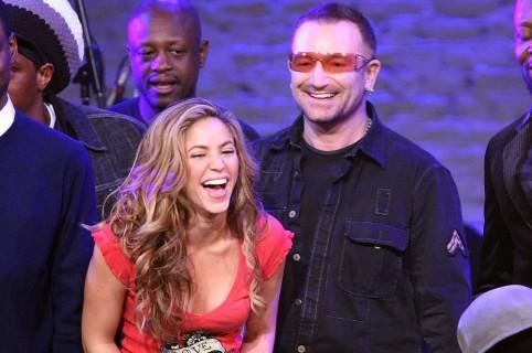 Bono, vocalista de U2, y Shakira, cantante colombiana.