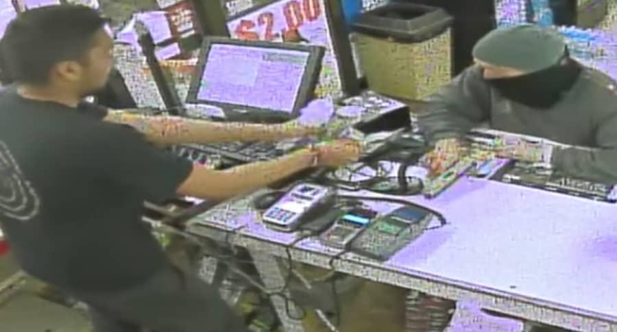 Hombre roba en tienda.