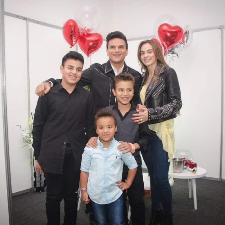Silvestre Dangond, su esposa, Pieri Avendaño, y sus hijos. Pulzo.