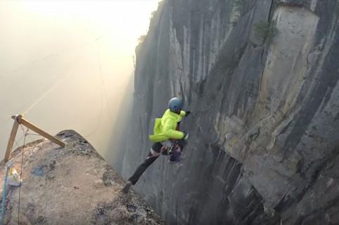 Hombre salta al vacío sin paracaídas.