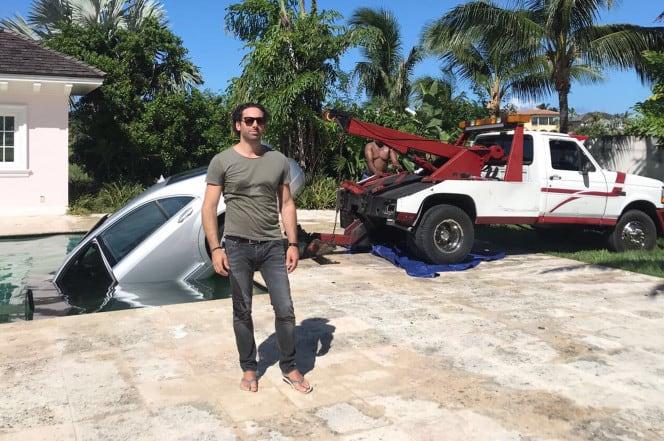 Guy Gentile con el carro en la piscina