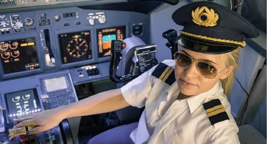 Mujer en la cabina de un avión