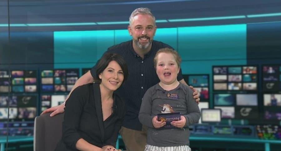 Presentadora Lucrezia Millarini con niña que padece leucemia Erin Cross, y su padre, Anthony Cross. Pulzo.