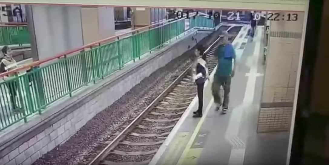 Hombre que empujó a una mujer a una vía férrea en Hong Kong. Pulzo.