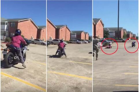 Mujer en moto se estrella.