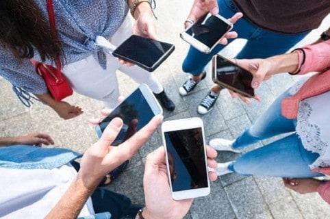 Personas usando celulares