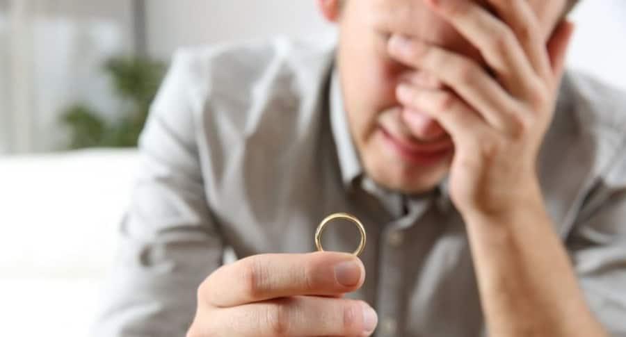 Hombre llora durante propuesta de matrimonio. Pulzo.