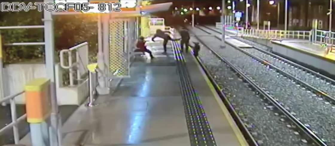 Hombre patea a otro para lanzarlo a vía de tren. Pulzo.
