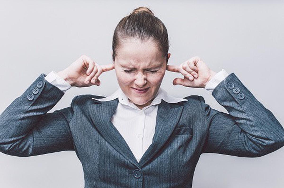 Mujer se tapa los oídos