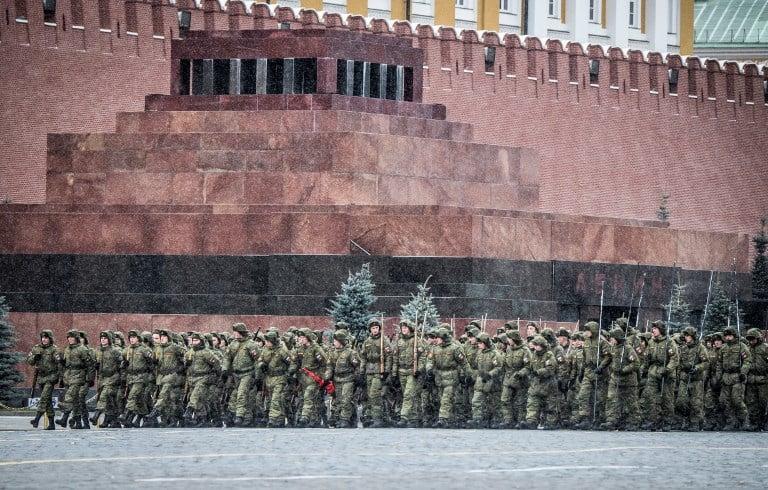 Soldados rusos ensayan marcha para celebrar su lucha contra los nazis. Pulzo.
