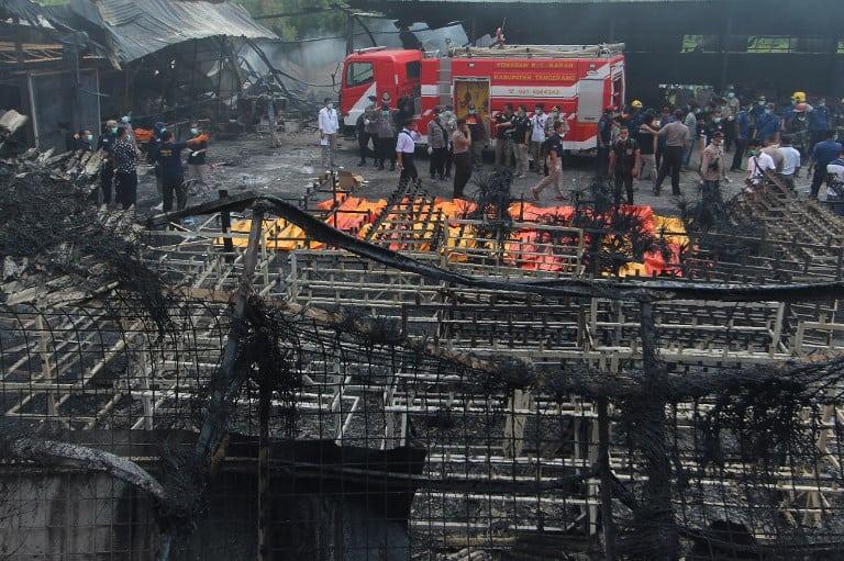 Incendio en fábrica de Indonesia. Pulzo.