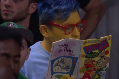 Hombre disfrazado como 'Milhouse'. Pulzo.
