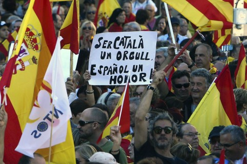 Miles de catalanes protestan en Barcelona contra independencia de Cataluña