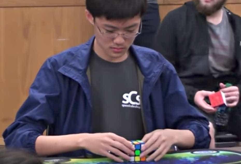 El surcoreano SeungBeom Cho arma cubo de Rubik.