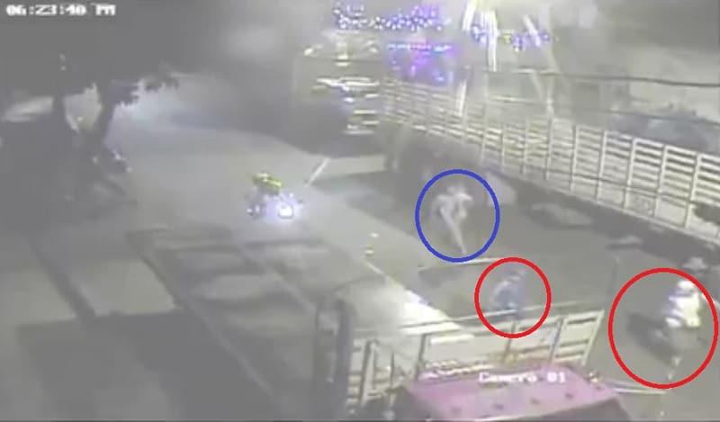 Delincuentes escapando (círculo rojo), mientras la víctima los persigue (círculo azul)