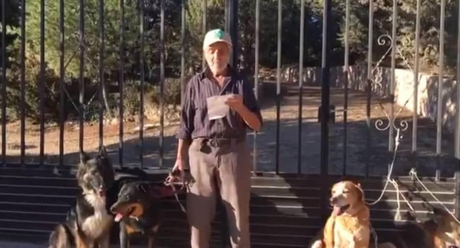 Anciano busca dueños para sus perros