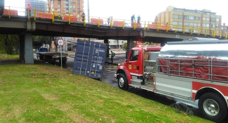 Tractomula chocó con puente vehicular de la calle 116 con Autopista Norte, en Bogotá