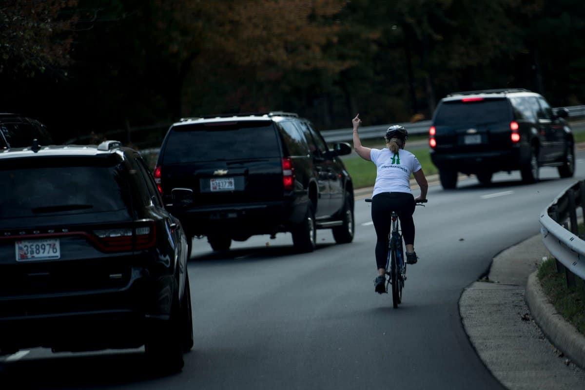 Mujer le hace 'pistola' a Trump
