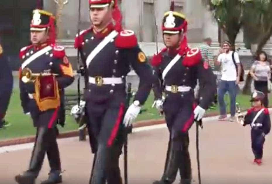 Niño argentino se cuela en ceremonia militar.
