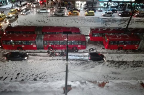 Buses de Transmilenio durante granizada