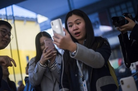 Mujer probando el iPhone X