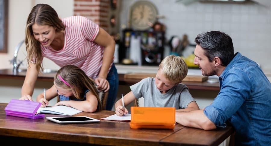 Padres ayudando a sus hijos con la tarea