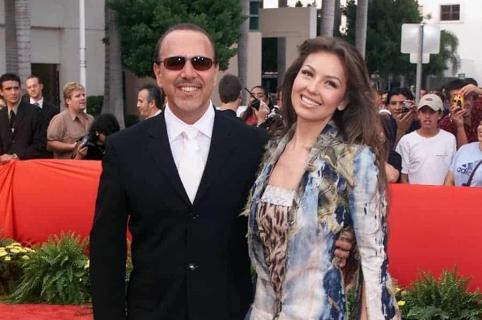 Tommy Mottola, productor, y su esposa Thalía, cantante.