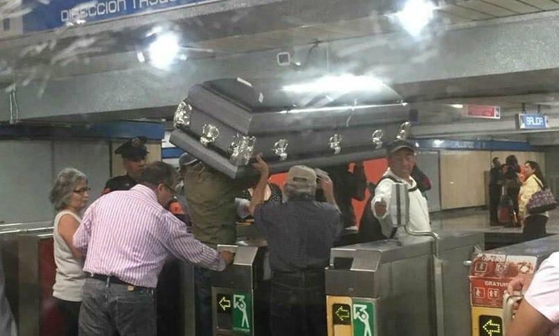Ataúd en metro de Ciudad de México