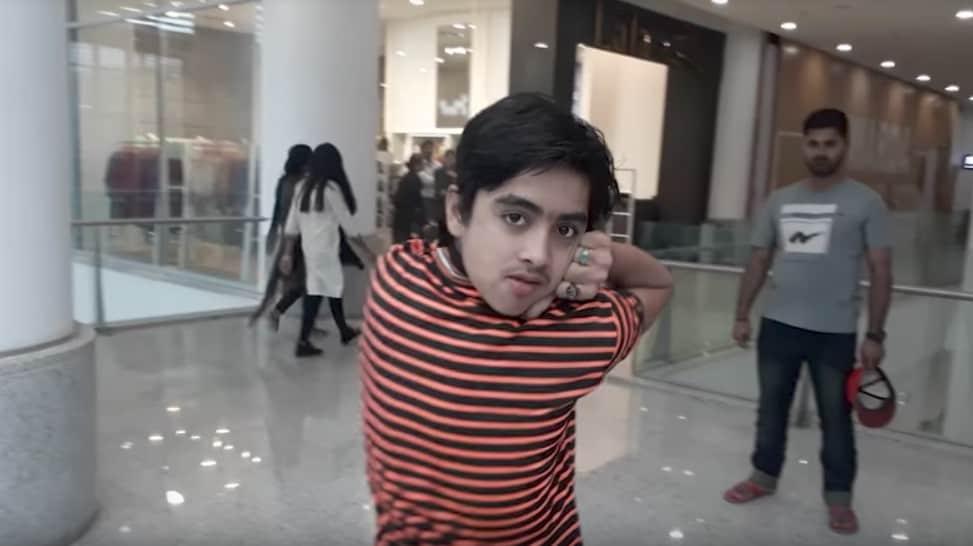 Joven pakistaní que gira la cabeza 180 grados. Pulzo.