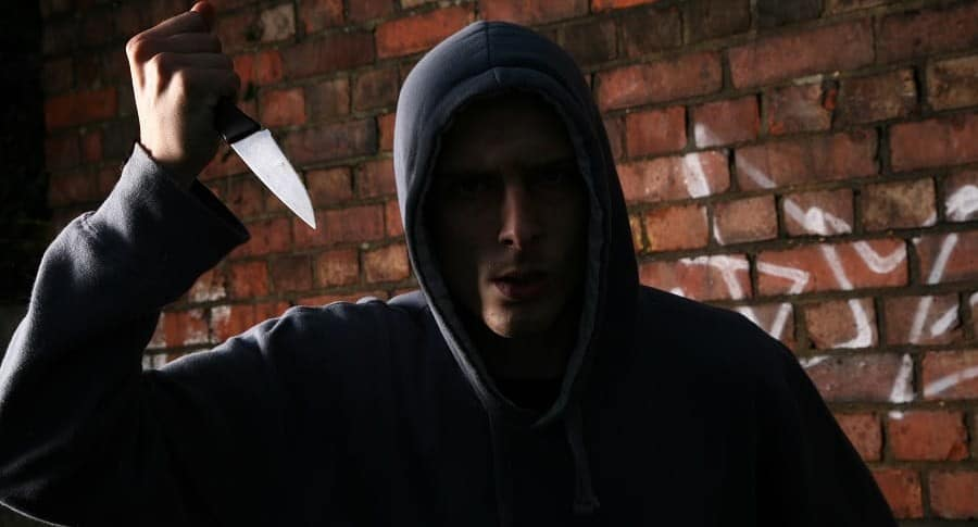Hombre con un cuchillo.