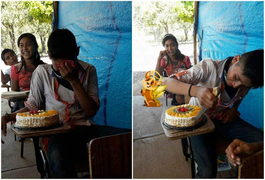 Joven recibe pastel de cumpleaños.