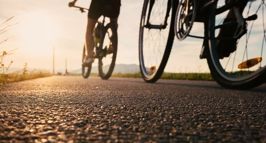 Jóvenes montan bicicleta.