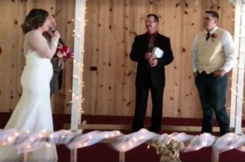 Novia le canta a su futuro esposo. Pulzo.