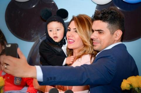 Ana Karina Soto, presentadora de RCN, junto a su hijo, Dante, y su pareja, el actor Alejandro Aguilar.