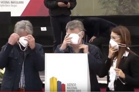 El presidente Santos poniéndose el tapabocas.