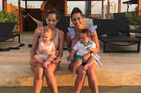 Las presentadoras Laura Acuña y Carolina Soto con su hijos Helena y Valentino, respectivamente.