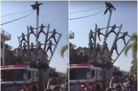 Bomberos que se cayeron cuando hacían pirámide humana en Puerto Vallarta, México. Pulzo.