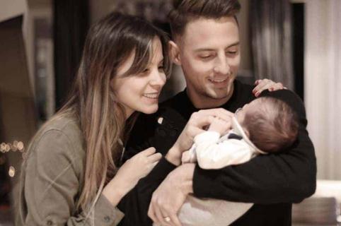 El futbolista Santiago Arias junto a su esposa, la modelo Karin Jiménez, y su hijo Thiago.