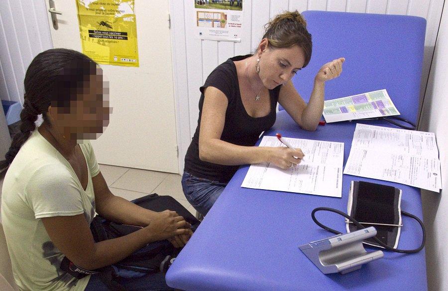 Mujer en consulta
