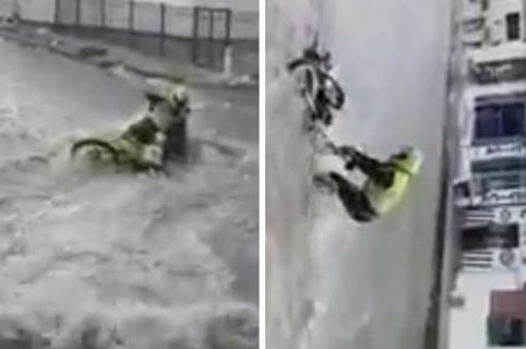 Momento en el que los policías luchan contra el arroyo