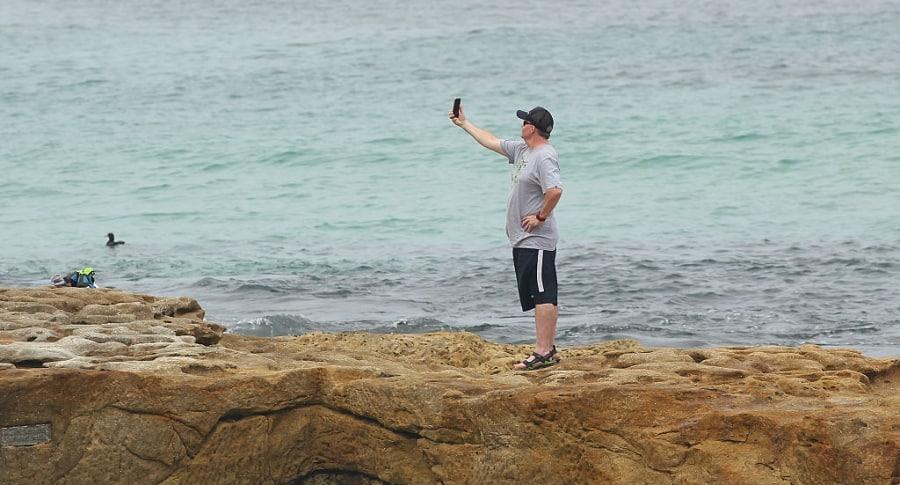 Hombre tomándose una selfi. Pulzo.